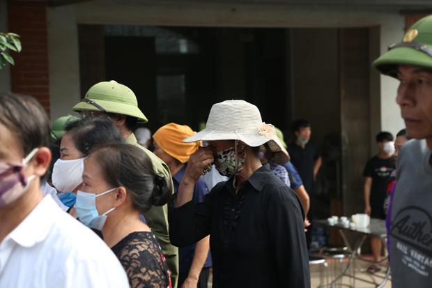 Đám tang đẫm nước mắt, hàng trăm người dân đến tiễn đưa chiến sĩ CSCĐ bị tài xế xe khách tông tử vong - Ảnh 12.