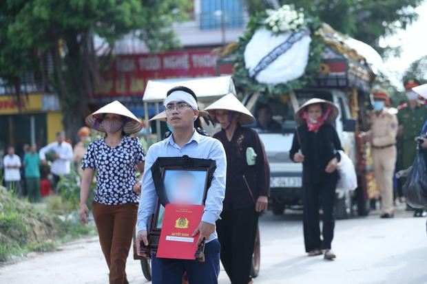 Đám tang đẫm nước mắt, hàng trăm người dân đến tiễn đưa chiến sĩ CSCĐ bị tài xế xe khách tông tử vong - Ảnh 14.