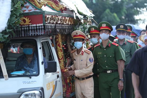 Đám tang đẫm nước mắt, hàng trăm người dân đến tiễn đưa chiến sĩ CSCĐ bị tài xế xe khách tông tử vong - Ảnh 16.