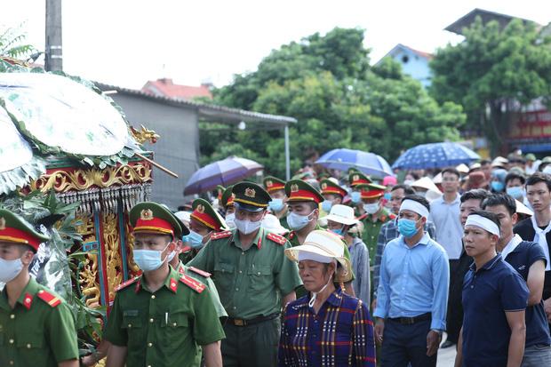 Đám tang đẫm nước mắt, hàng trăm người dân đến tiễn đưa chiến sĩ CSCĐ bị tài xế xe khách tông tử vong - Ảnh 17.