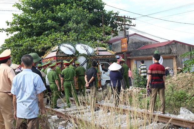 Đám tang đẫm nước mắt, hàng trăm người dân đến tiễn đưa chiến sĩ CSCĐ bị tài xế xe khách tông tử vong - Ảnh 18.