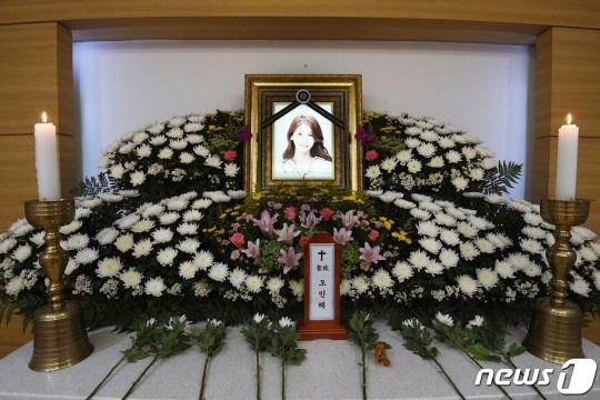 """Những hình ảnh đầu tiên tại nơi diễn ra lễ tang """"mỹ nhân hở bạo nhất Kbiz"""" Oh In Hye, nhìn di ảnh ai cũng xót xa  - Ảnh 4."""