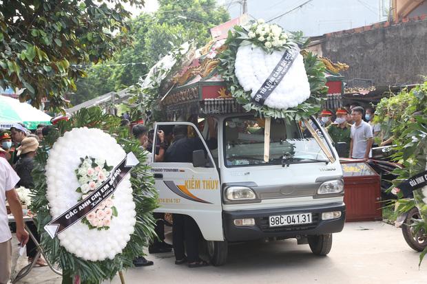 Đám tang đẫm nước mắt, hàng trăm người dân đến tiễn đưa chiến sĩ CSCĐ bị tài xế xe khách tông tử vong - Ảnh 4.