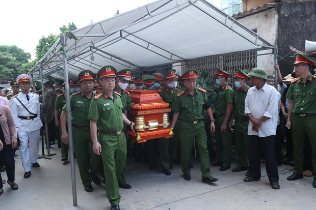 Đám tang đẫm nước mắt, hàng trăm người dân đến tiễn đưa chiến sĩ CSCĐ bị tài xế xe khách tông tử vong - Ảnh 5.