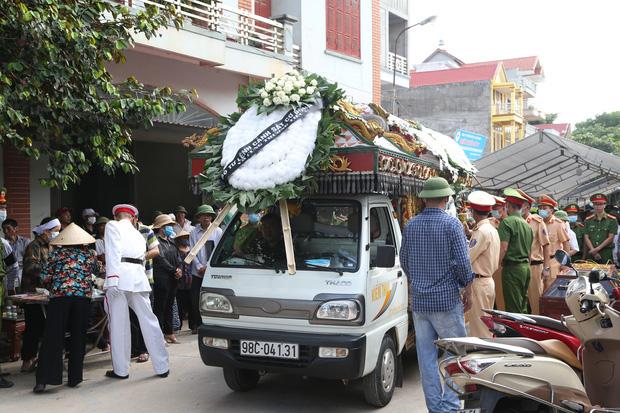 Đám tang đẫm nước mắt, hàng trăm người dân đến tiễn đưa chiến sĩ CSCĐ bị tài xế xe khách tông tử vong - Ảnh 10.