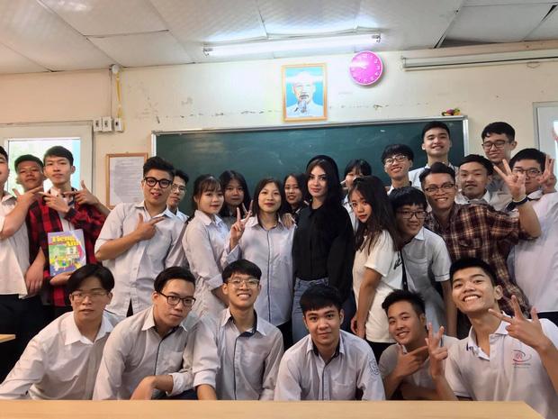 Cô giáo Tây ở Hà Nội sốt xình xịch MXH vì đẹp như minh tinh - Ảnh 10.