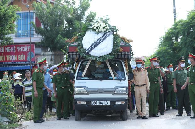 Đám tang đẫm nước mắt, hàng trăm người dân đến tiễn đưa chiến sĩ CSCĐ bị tài xế xe khách tông tử vong - Ảnh 11.
