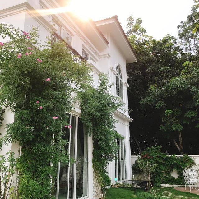 Biệt thự nhà vườn ngập tràn các loại hoa của gia đình ở Bình Dương - Ảnh 1.