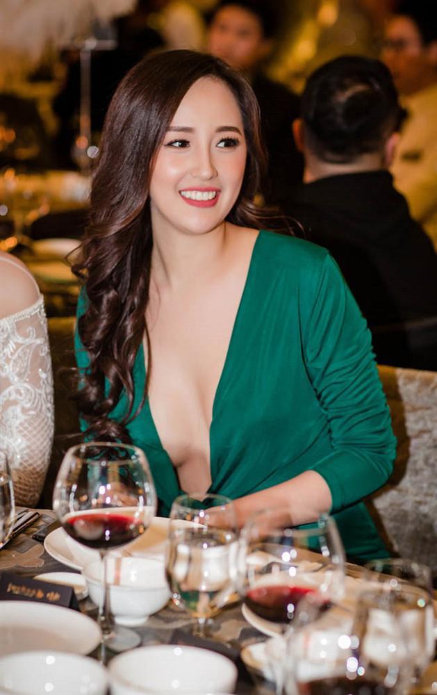 Hoa hậu mặc bốc nhất hẳn là Mai Phương Thúy: Chuyên diện váy áo trễ nải, nhiều phen vòng 1 như trào ra ngoài - Ảnh 11.