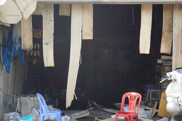 Dãy nhà trọ ở Sài Gòn sụp đổ trong biển lửa, nhiều gia đình nghèo bật khóc vì tài sản bị thiêu rụi - Ảnh 7.
