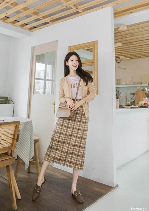 Những mẫu váy ca rô hợp văn phòng, tiện dạo phố - Ảnh 10.