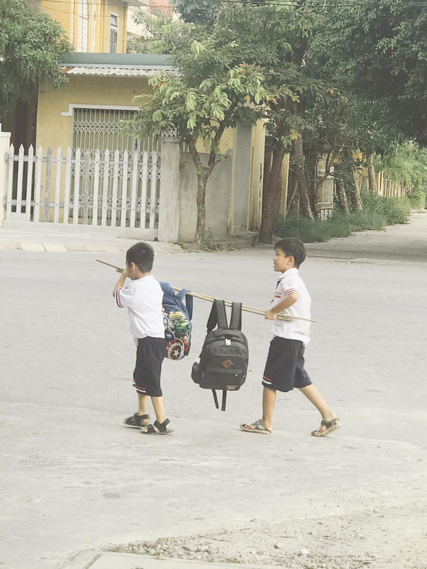 Bức ảnh đôi bạn thân Tiểu học cùng nhau gánh cặp: Cả một thời tuổi thơ ùa về! - Ảnh 2.
