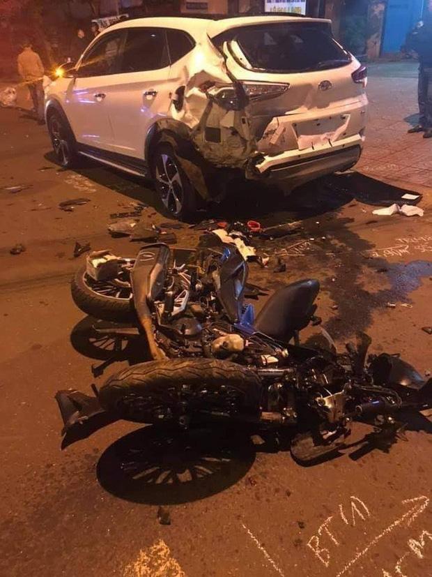 Tông vào xe con đang đậu, 2 thanh niên tử vong tại chỗ - Ảnh 1.