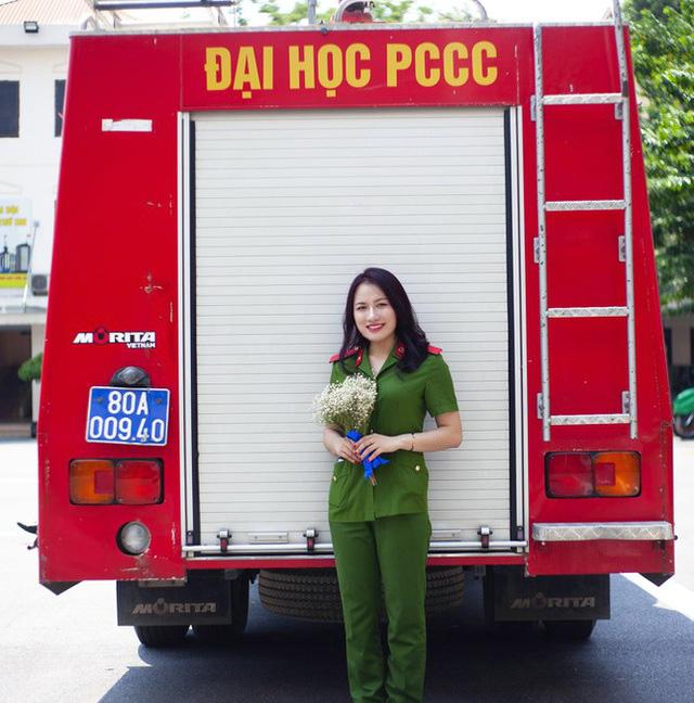 Nhan sắc xinh đẹp của nữ thủ khoa ĐH Phòng cháy Chữa cháy được kết nạp Đảng trên giảng đường - Ảnh 1.
