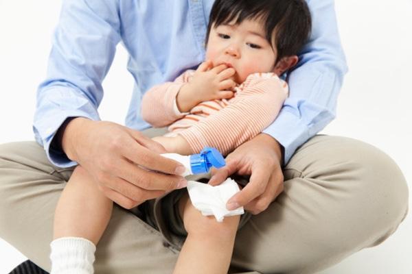 Bỏng nước sôi đơn giản, bé 1 tuổi vẫn qua đời, bác sĩ chỉ ra sai lầm của cha mẹ khi sơ cứu cho con bị bỏng - Ảnh 2.