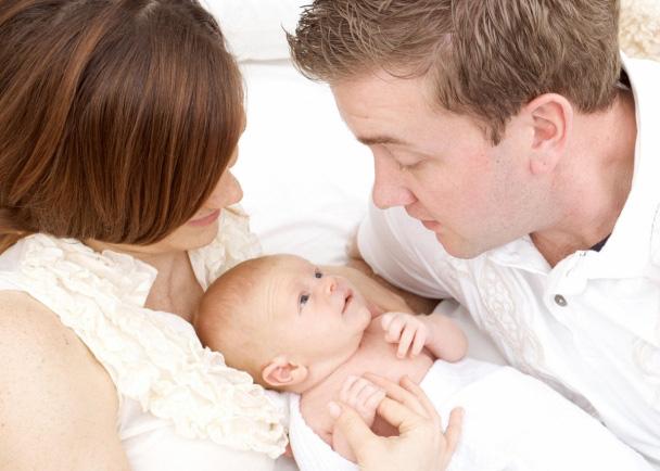 Vợ bẽ bàng khi sinh con xong, chồng chỉ yêu con, không ngó ngàng tới vợ - Ảnh 2.