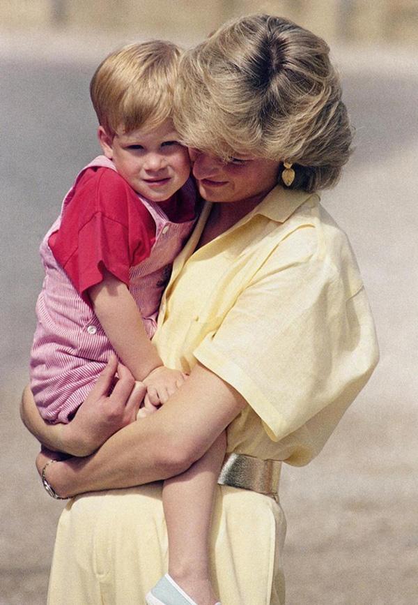 23 năm ngày mẹ chồng mất, vợ chồng Meghan Markle và Hoàng tử Harry đã lộ diện và hành động ý nghĩa - Ảnh 7.