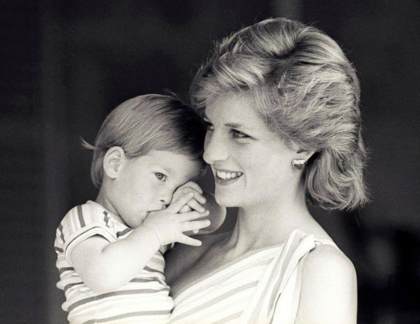 23 năm ngày mẹ chồng mất, vợ chồng Meghan Markle và Hoàng tử Harry đã lộ diện và hành động ý nghĩa - Ảnh 2.