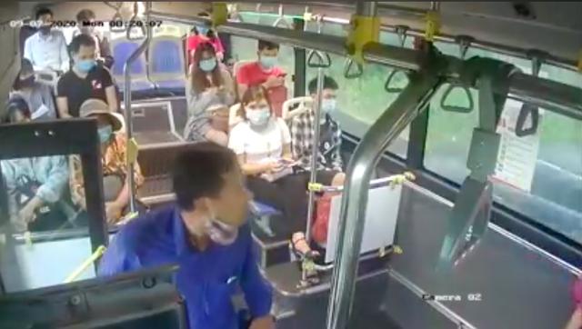 Bị nhắc đeo khẩu trang, người đàn ông phun nước bọt vào phụ xe buýt - Ảnh 1.