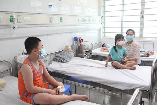 Những triệu chứng không thể bỏ qua, dễ biến chứng nặng vì sốt xuất huyết ở trẻ - Ảnh 1.