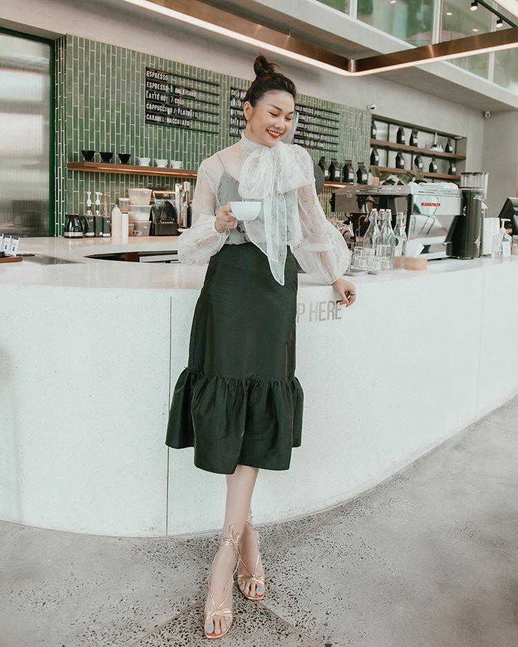 Học Thanh Hằng cách diện đồ công sở theo phong cách bánh bèo - Ảnh 3.