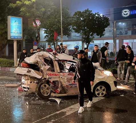 Nghệ An: Kinh hoàng xe bán tải đâm nát đuôi xe taxi dừng đèn đỏ, nữ hành khách nguy kịch - Ảnh 1.