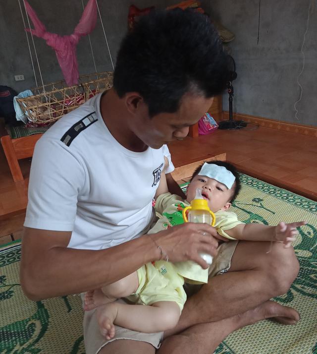 Xót xa cảnh người đàn ông nuôi 4 con nhỏ nheo nóc, khát sữa khi vợ vừa qua đời vì ung thư - Ảnh 3.