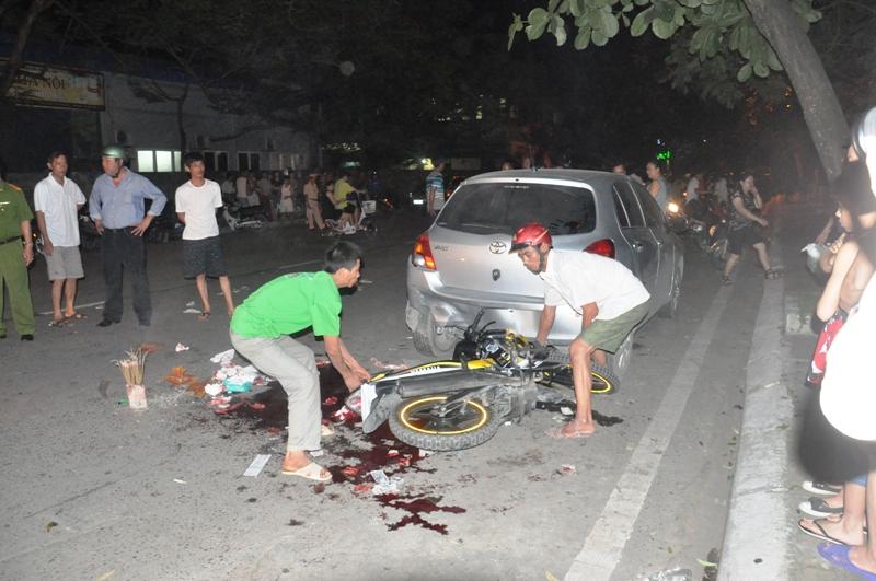 Đâm vào ô tô, 2 thanh niên thiệt mạng 1