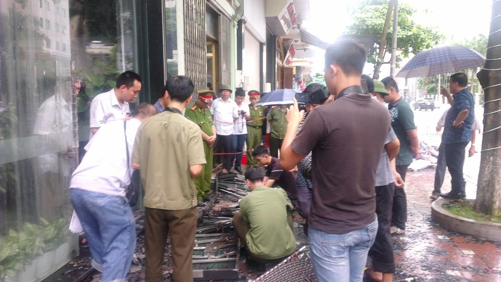 Biển quảng cáo chập điện gây cháy tiệm vàng ở Hạ Long? 2