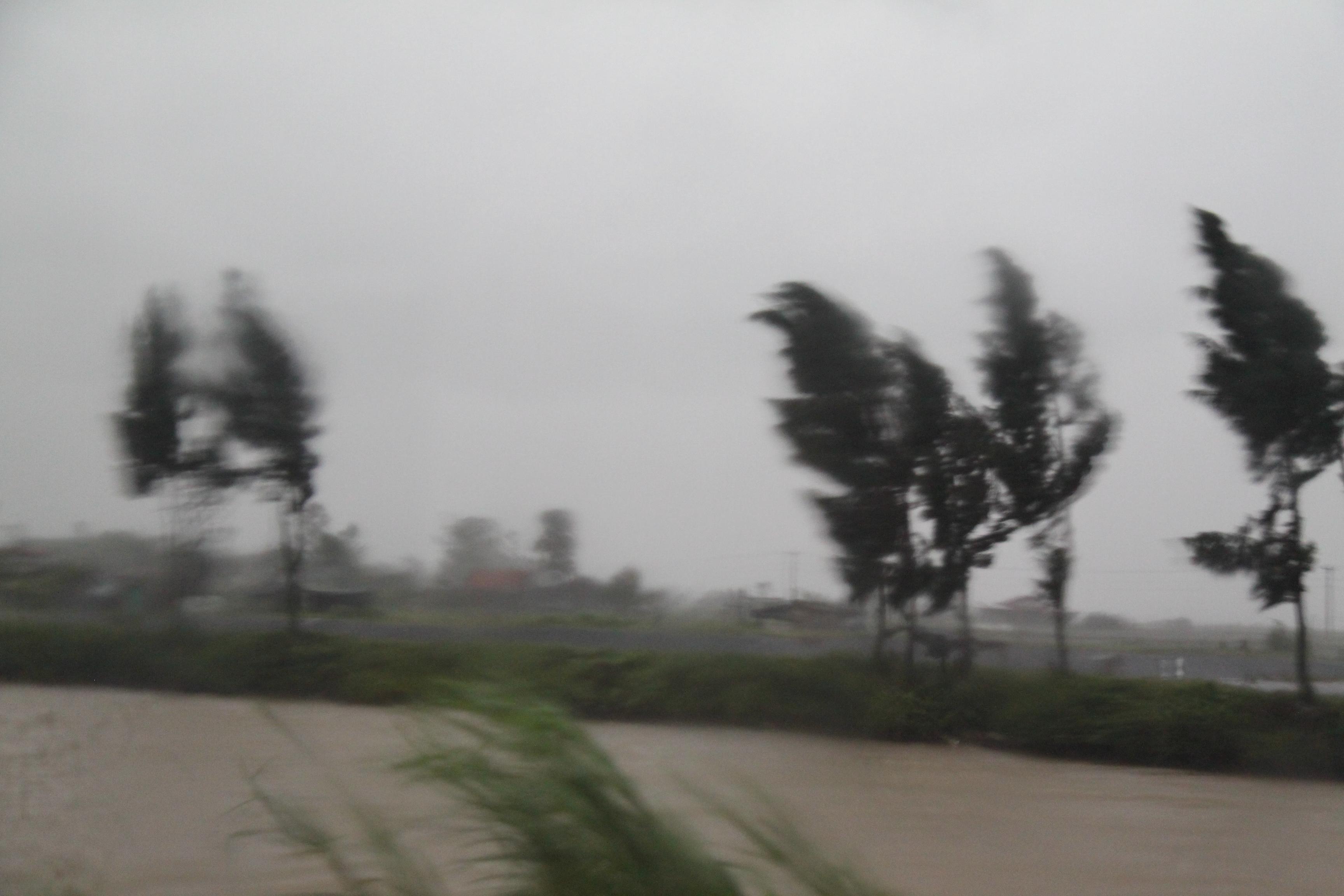 Cận cảnh bão số 5 đổ bộ vào Quảng Ninh 2