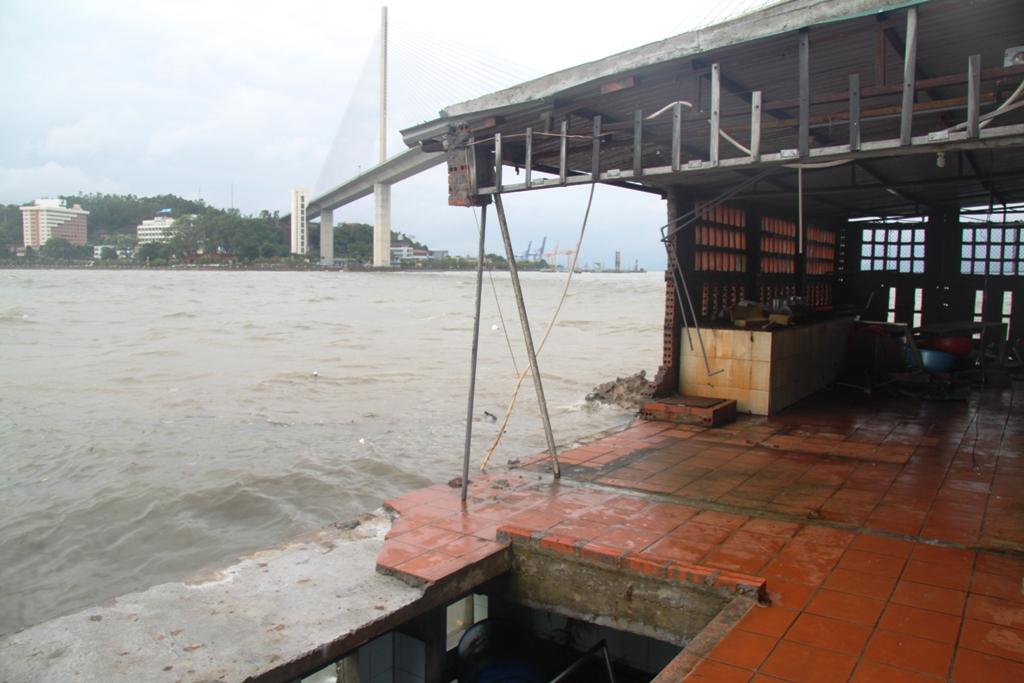 Quảng Ninh: Bão số 5 đánh vỡ kè đường bao biển Hạ Long 5