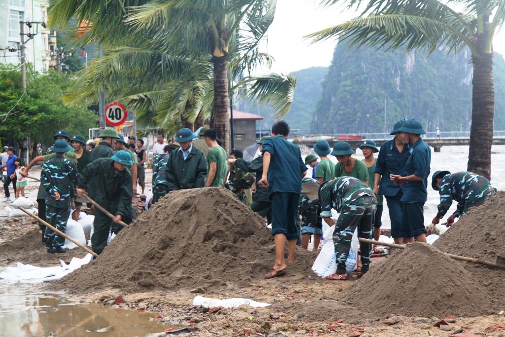 Quảng Ninh: Bão số 5 đánh vỡ kè đường bao biển Hạ Long 3