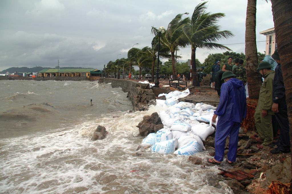 Quảng Ninh: Bão số 5 đánh vỡ kè đường bao biển Hạ Long 1