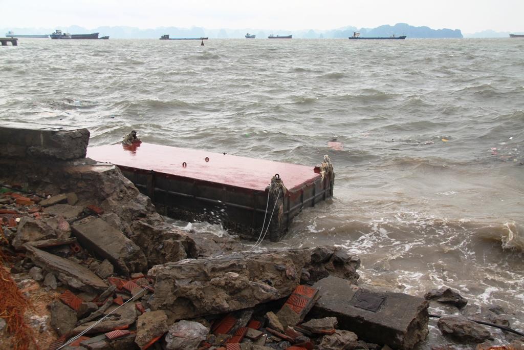 Quảng Ninh: Bão số 5 đánh vỡ kè đường bao biển Hạ Long 2