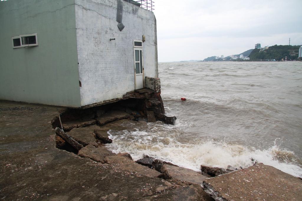 Quảng Ninh: Bão số 5 đánh vỡ kè đường bao biển Hạ Long 4