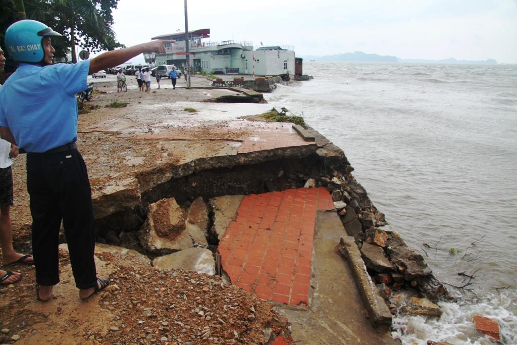 Quảng Ninh: Bão số 5 đánh vỡ kè đường bao biển Hạ Long 6