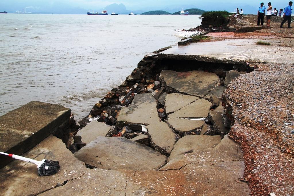 Quảng Ninh: Bão số 5 đánh vỡ kè đường bao biển Hạ Long 7