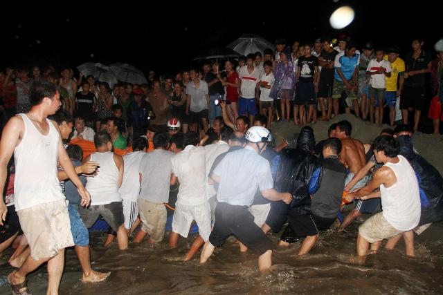Thức trắng đêm giải cứu cá voi mắc cạn tại đảo Cô Tô 10