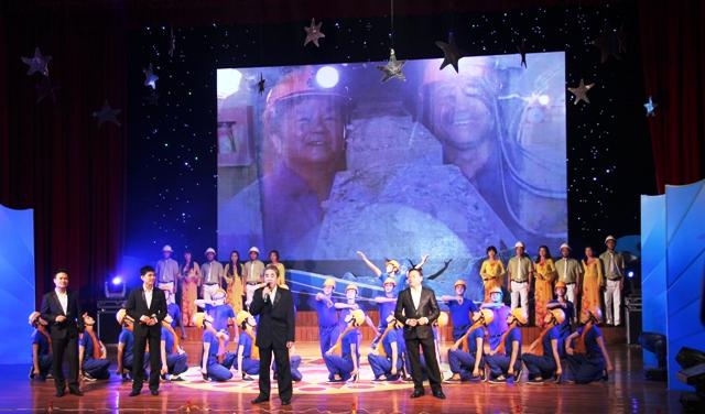 NSND Quang Thọ tỏa sáng trong đêm nhạc tại Hạ Long 1