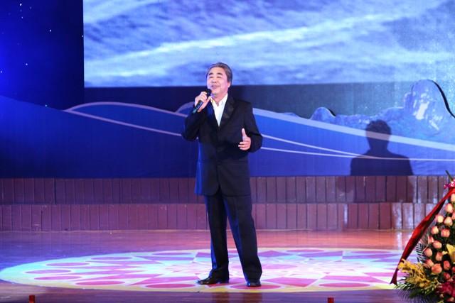 NSND Quang Thọ tỏa sáng trong đêm nhạc tại Hạ Long 2