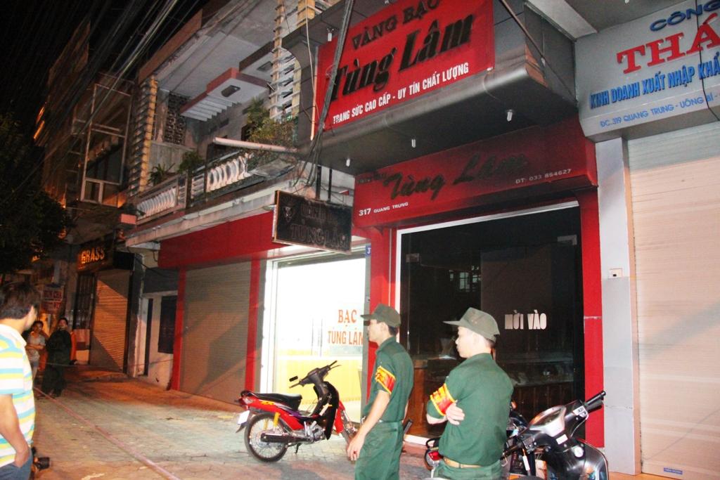 Quảng Ninh: Cận cảnh vụ người đàn ông đổ xăng tự thiêu tại tiệm vàng 6