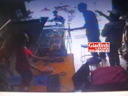 Ly kỳ chuyện nữ chủ tiệm điện thoại bắt được tên cướp có súng nhờ học theo phim hành động 3