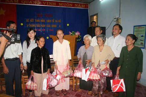 Nụ cười của người nghèo mắc bệnh ở xã Tân Long 1