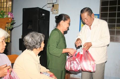Nụ cười của người nghèo mắc bệnh ở xã Tân Long 2