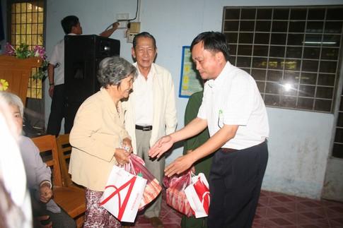 Nụ cười của người nghèo mắc bệnh ở xã Tân Long 4