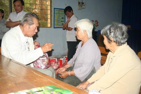 Nụ cười của người nghèo mắc bệnh ở xã Tân Long 3