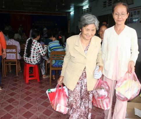 Nụ cười của người nghèo mắc bệnh ở xã Tân Long 6