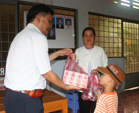 Nụ cười của người nghèo mắc bệnh ở xã Tân Long 9