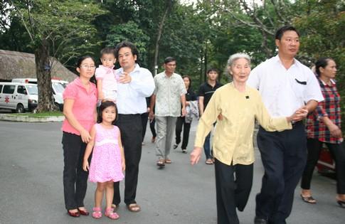 Nhiều người dân đi cả gia đình đến viếng Đại tướng 2