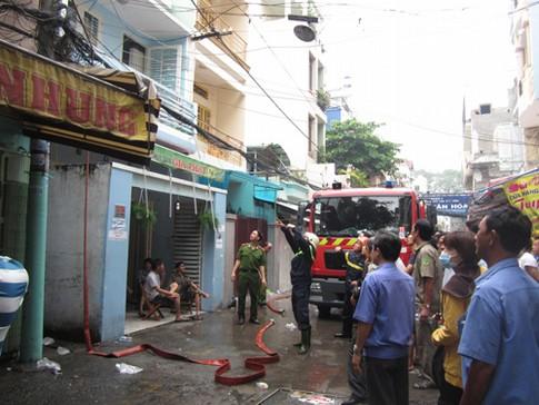 Cháy nhà, ba người may mắn thoát nạn 1